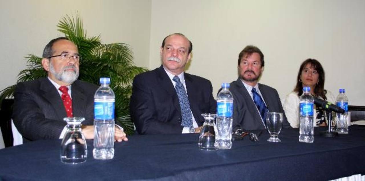 Luis Cardenal, presidente de la Cámara (a la derecha) junto a juristas internacionales. Foto EDH/cortesía camarsal