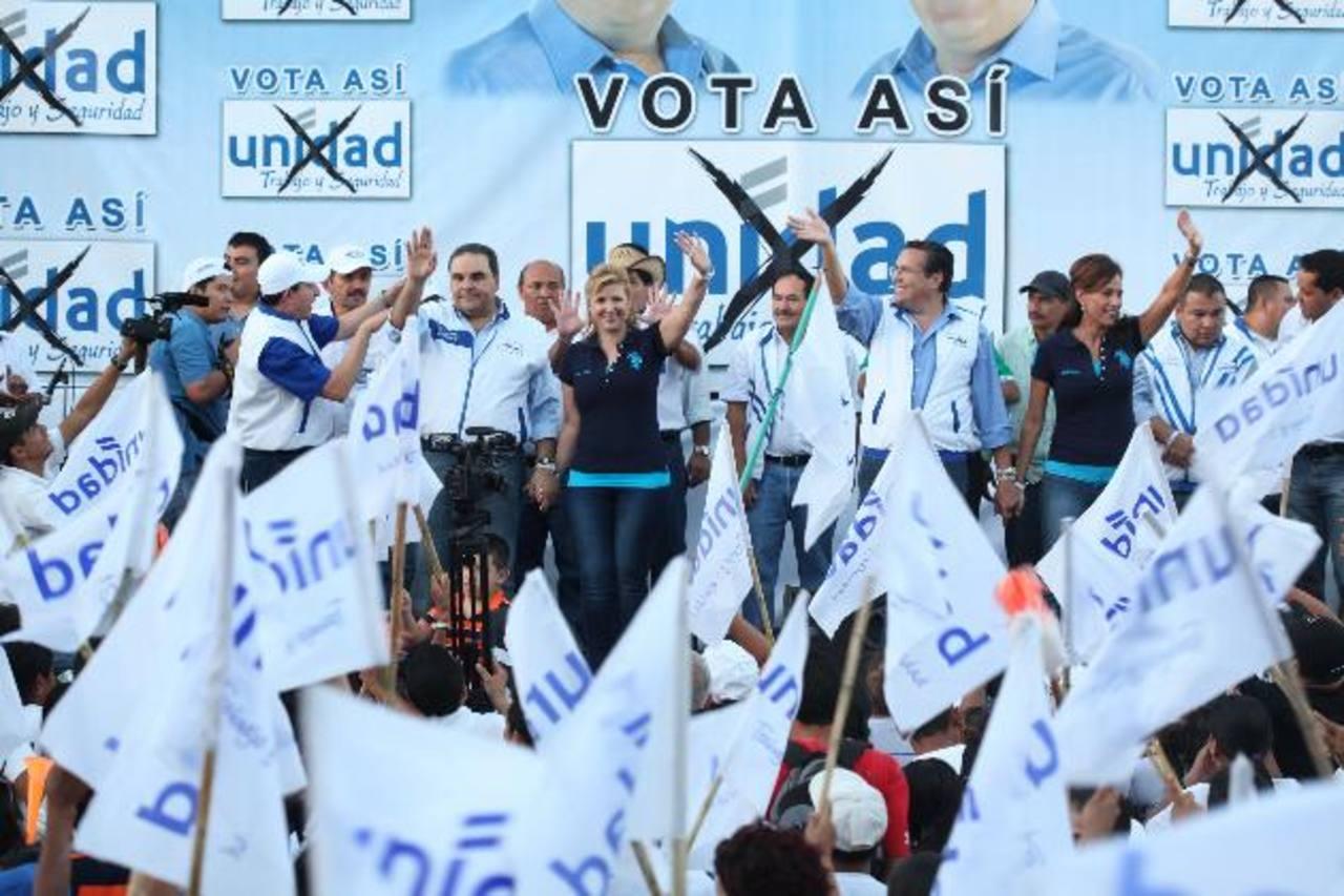 Tony Saca y la dirigencia de Unidad reunidos ayer en Cojutepeque con sus simpatizantes de Cuscatlán. Foto EDH / cortesía