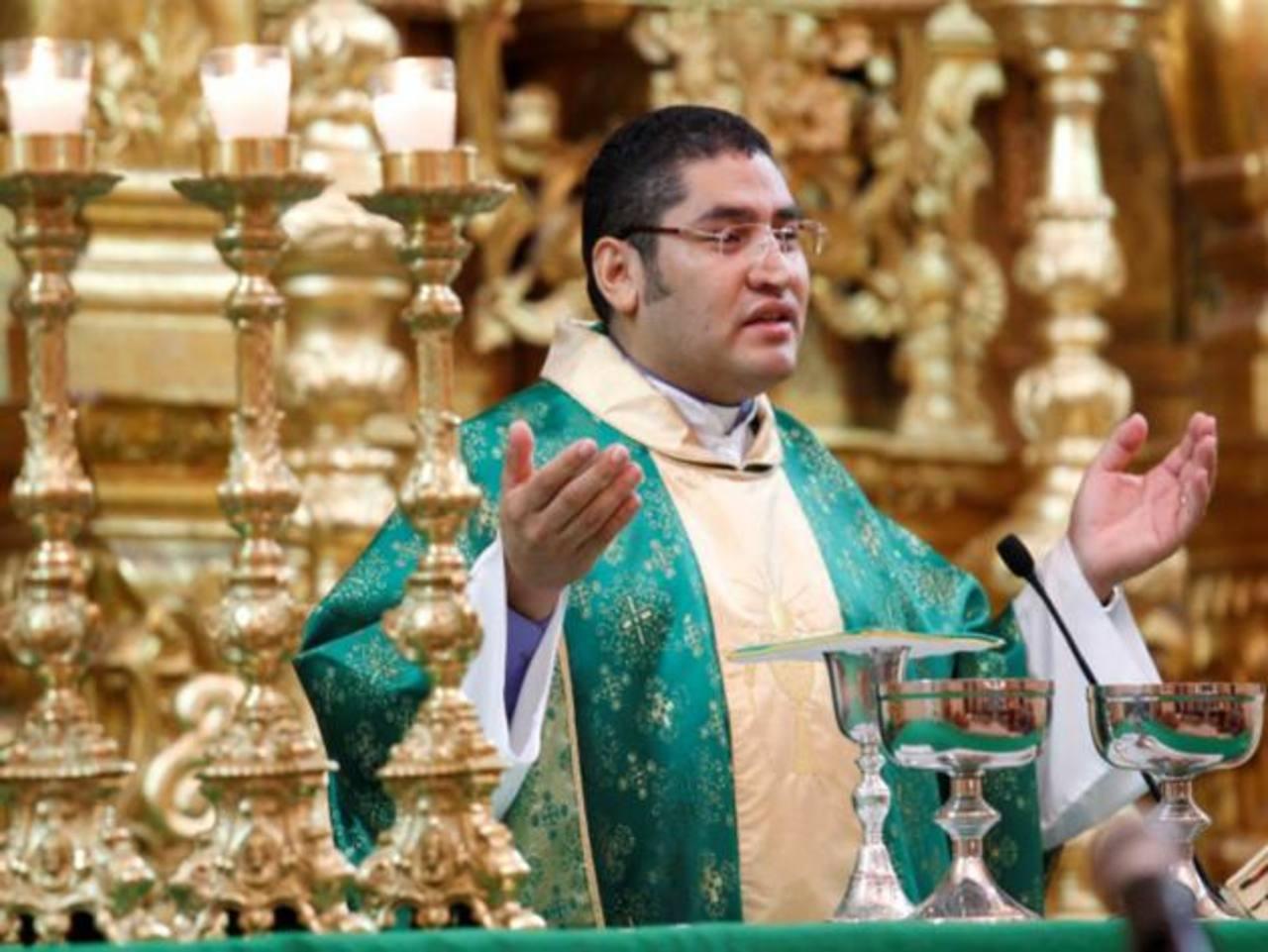 El vicario de la diócesis de Tegucigalpa, Carlos Rubio, en una de sus homilías dominicales. Foto EDH / internet