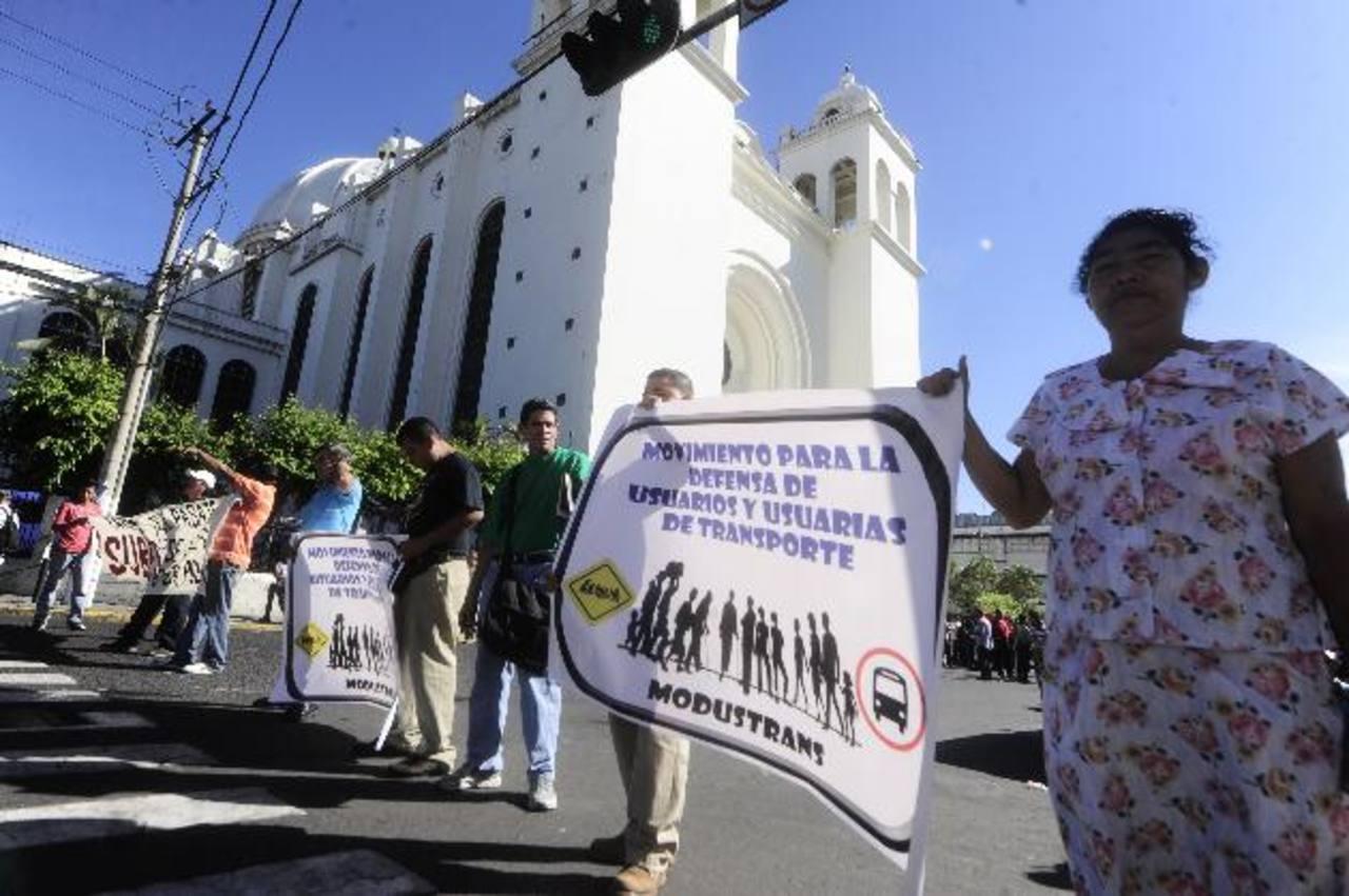 Un grupo de personas que se aglutinan en el llamado Movimiento para la Defensa de Usuarios y Usuarias del Transporte (Modustrans) protestaron en las cercanías de la Catedral Metropolitana por el uso obligatorio de la tarjeta prepago.