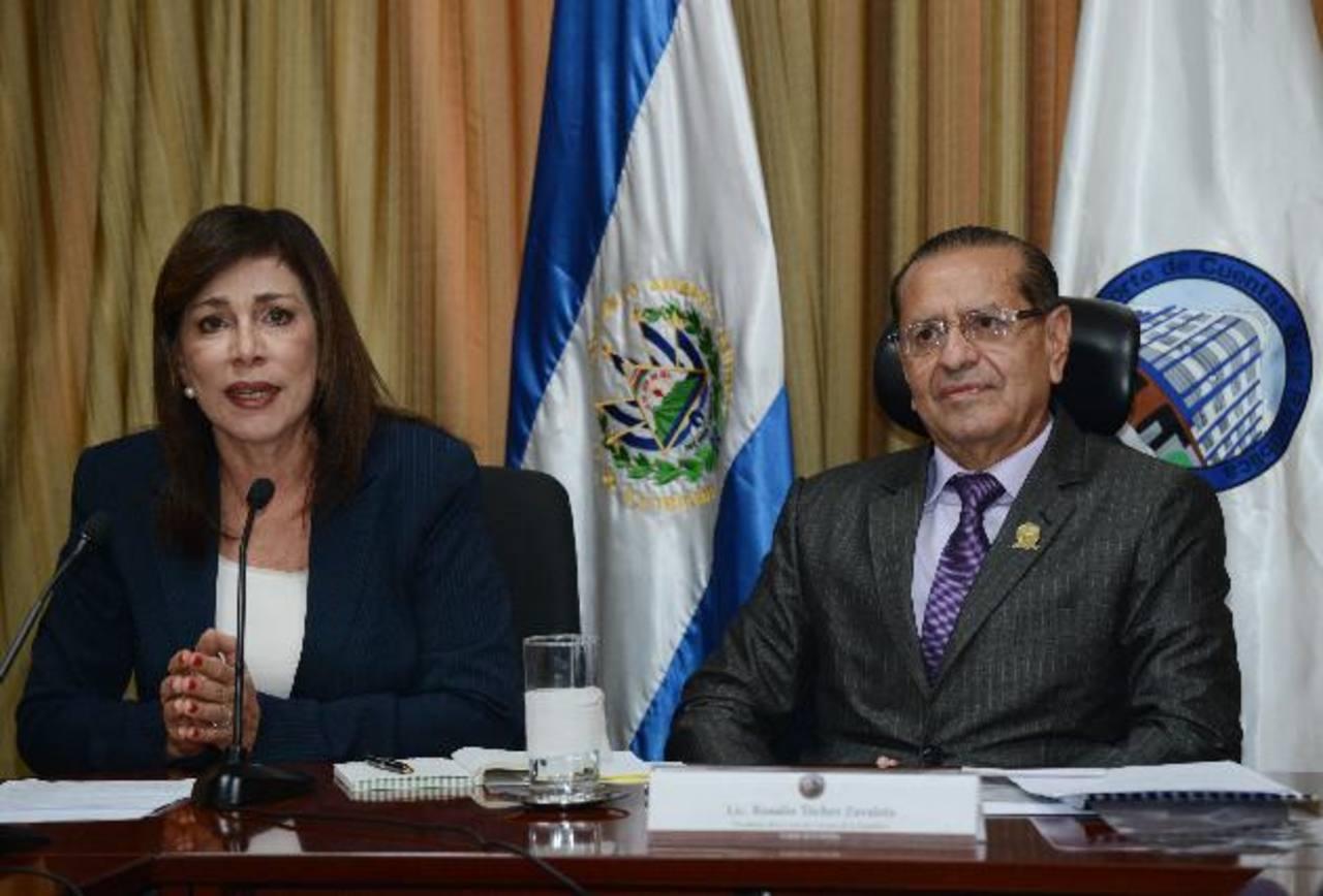 Diputada Ana Vilma de Escobar en momento en que encara al presidente de la Corte de Cuentas por declaraciones en su contra.