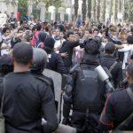 Estudiantes de la Universidad de El Cairo, partidarios de la Hermandad Musulmana protestan frente a la institución académica. Foto/ Reuters