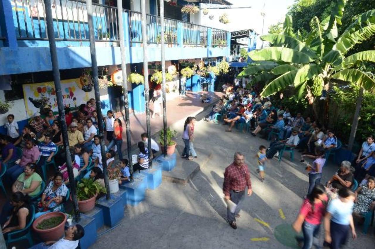 Alumnos y padres de familia del Centro Escolar Juana López en el informe de rendición de cuentas. Foto EDH / MIGUEL VILLALTA