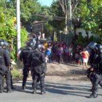 Carretera al puerto de La Libertad fue bloqueada esta mañana por habitantes, en protesta por pago con tarjeta SUBES. FOTO EDH/M. Amaya