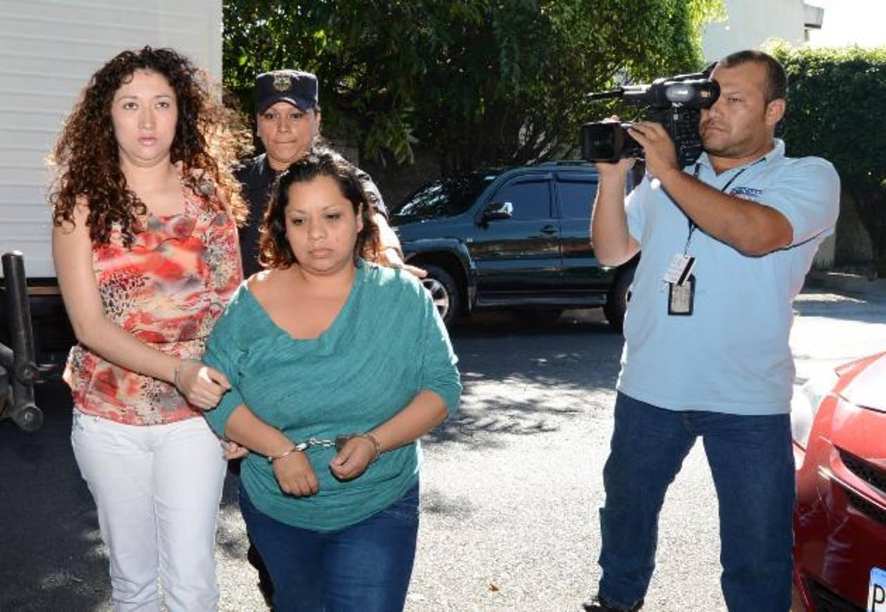 Andrea Bobadilla (derecha) acusó de ser la autora intelectual de la muerte de la universitaria a su cuñada Claudia. FOTO EDH Archivo.