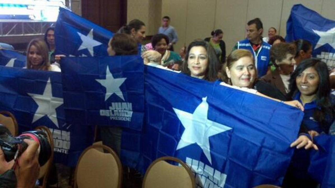 Seguidores del Partido Nacional esperaban los resultados en las afueras de un hotel en Tegucigalpa. Foto Mario Amaya, enviado especial a Honduras