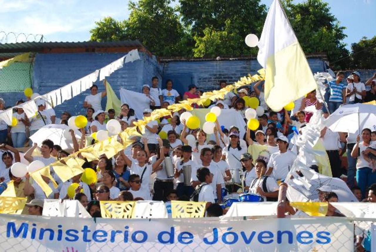 La alegría y el entusiasmo lo pusieron los jóvenes, quienes al son de tambores alabaron a Dios. Fotos EDH / Iris Lima