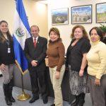 En Estados Unidos, nuevo cónsul en Nueva Jersey, Héctor Amaya, con el grupo de trabajo del consulado. FOTO EDH/H. Sermeño