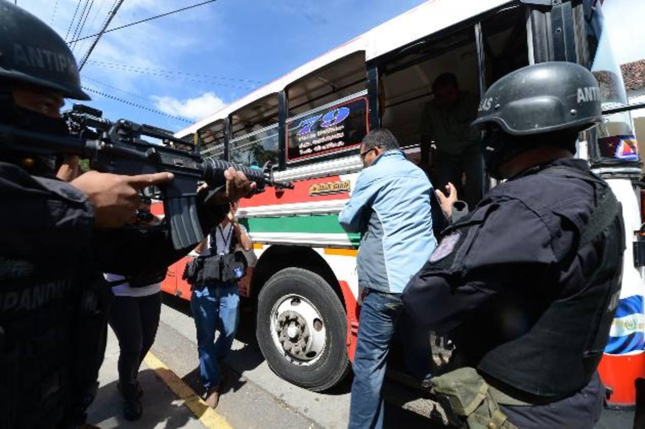 Demostración de la capacidad de respuesta al activar el botón de pánico en los buses. Fotos EDH / m. Cáceres