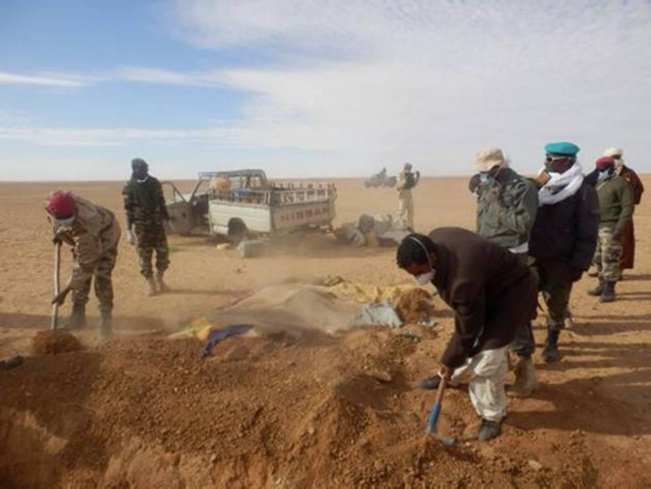 Voluntarios entierran a los inmigrantes africanos que por tratar de escapar de la pobreza aplastante murieron en el desierto bajo el inclemente sol. Foto edh/ ap
