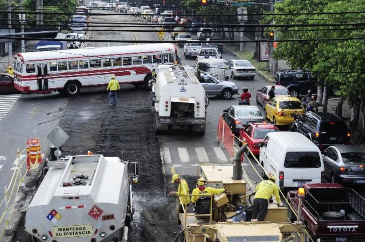 En la alameda Juan Pablo II siempre hay congestionamientos en horas pico. Buseros no respetan restricciones. Fotos / R. ESTRADA
