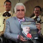 El legendario cantante mexicano presentó un libro en el que cuenta anécdotas de vida, y cuyas ganancias serán donadas a la Teletón de México. FOTO El Occidental