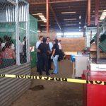 Policía verificaba el asesinato de una vendedora de tortillas en el mercado de La Unión. Foto vía Twitter Insy Mendoza