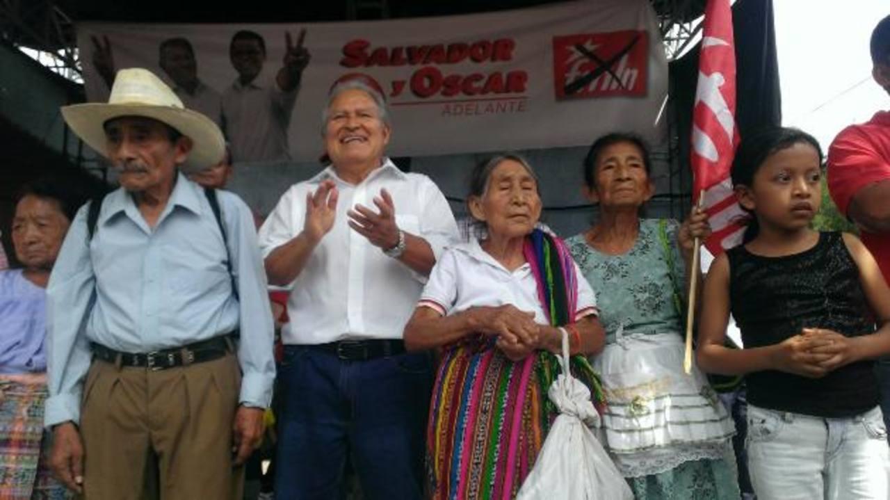 Sánchez Cerén (segundo de la izquierda) junto a indígenas en Nahuizalco. foto edh / cortesía