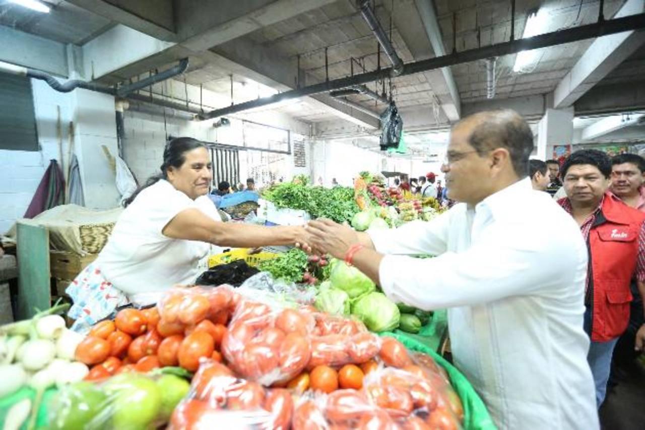 """El candidato del FMLN a la vicepresidencia visitó ayer el mercado """"La Placita"""" de ese municipio. foto edh / Cortesía"""