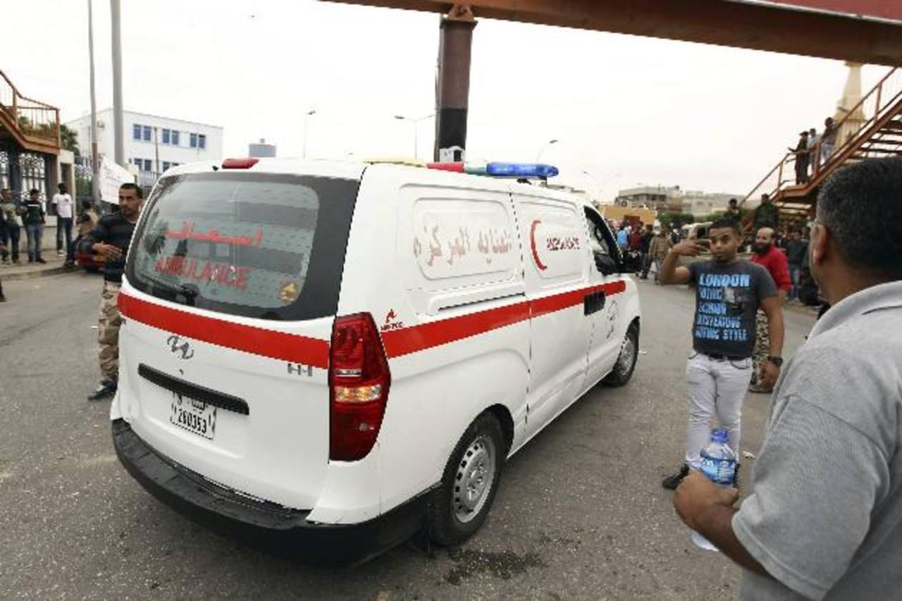 Una ambulancia permanece en el lugar donde se produjeron enfrentamientos en un barrio de Bengasi. foto edh / EFE