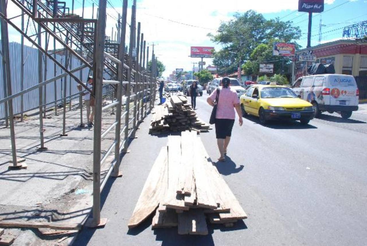 Desde el pasado jueves las autoridades comenzaron a colocar graderíos y tarimas para el desfile. Foto EDH/ jenny ventura