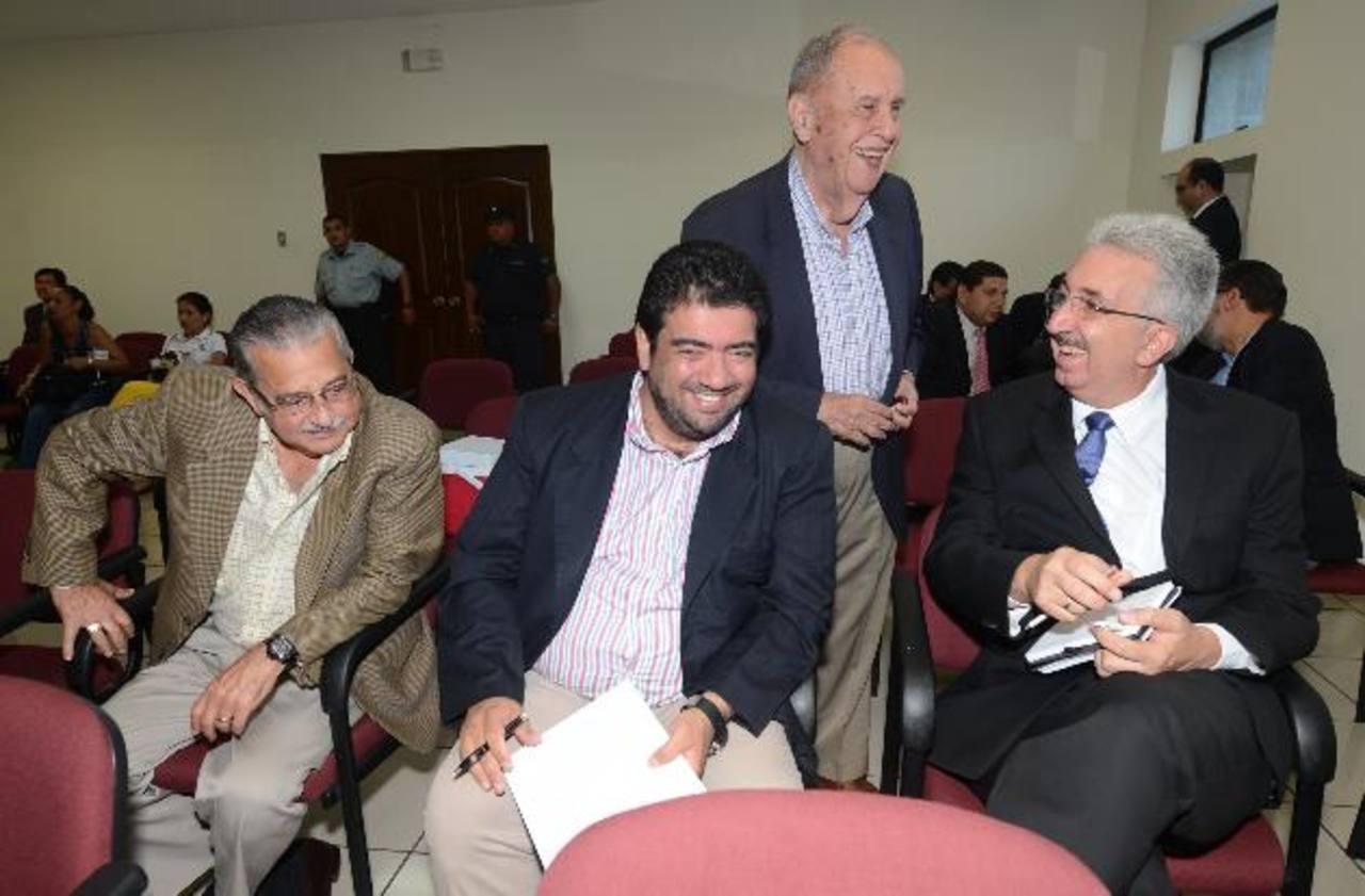 El expresidente de CEL, Guillermo Sol Bang, platica con otros acusados antes de iniciarse la audiencia. Fotos EDH / Douglas Urquilla