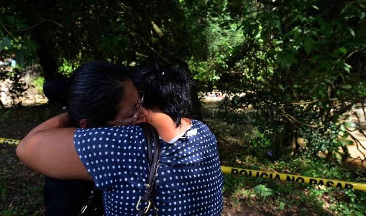 Familiares de uno de los hombres asesinados ayer en un río se conduelen al identificar a su pariente. Foto EDH / Jaime AnayaTramo del río Aquisquillo, que limita San José Villanueva y Huizúcar, donde ayer fueron asesinados dos jóvenes, de 21 y de 33