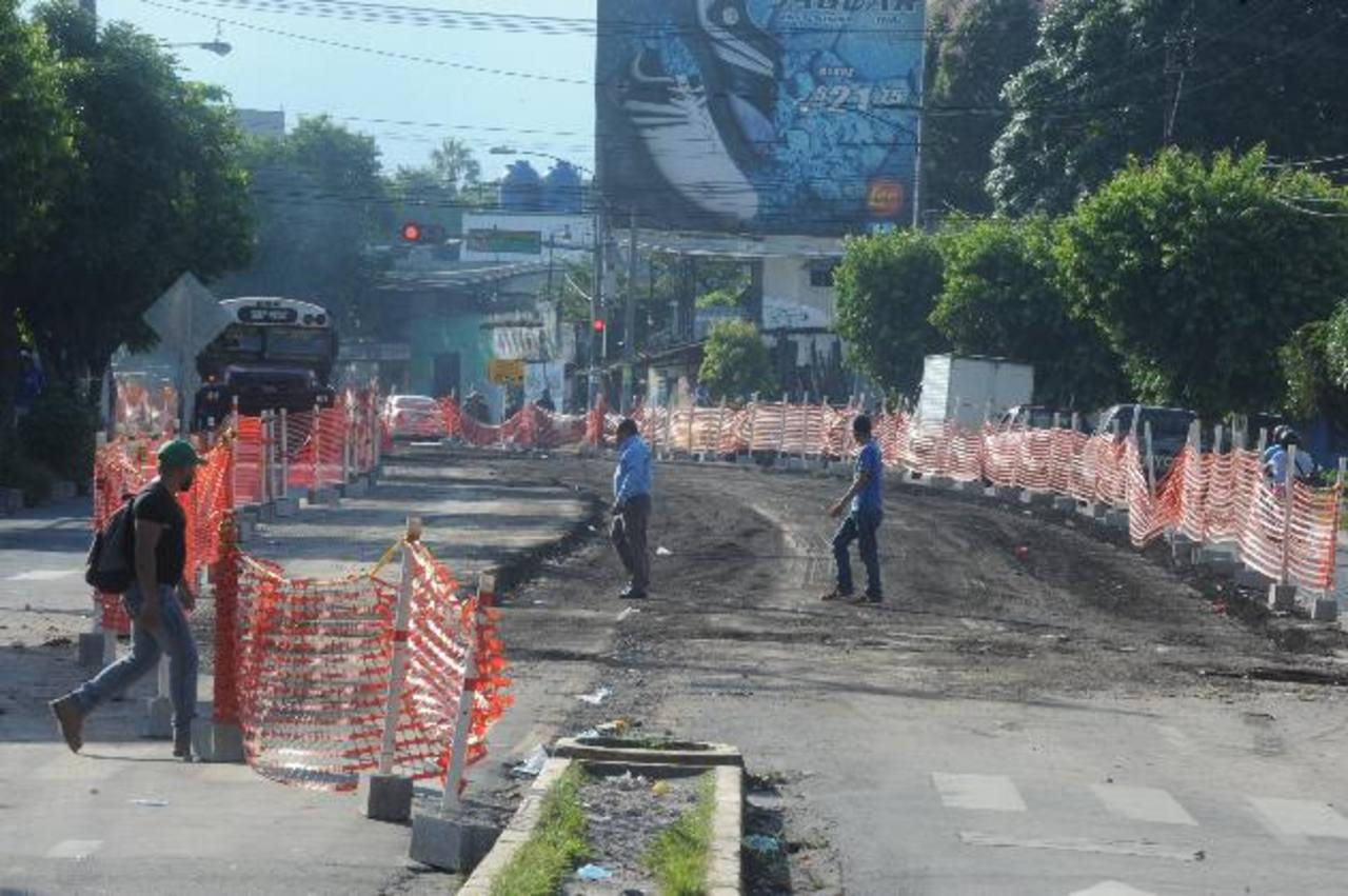 Mientras las autoridades aseguran que el proyecto estará listo para el primer trimestres de 2014, las obras para el primer tramo del Sitramss enfrentan obstáculos y atrasos.