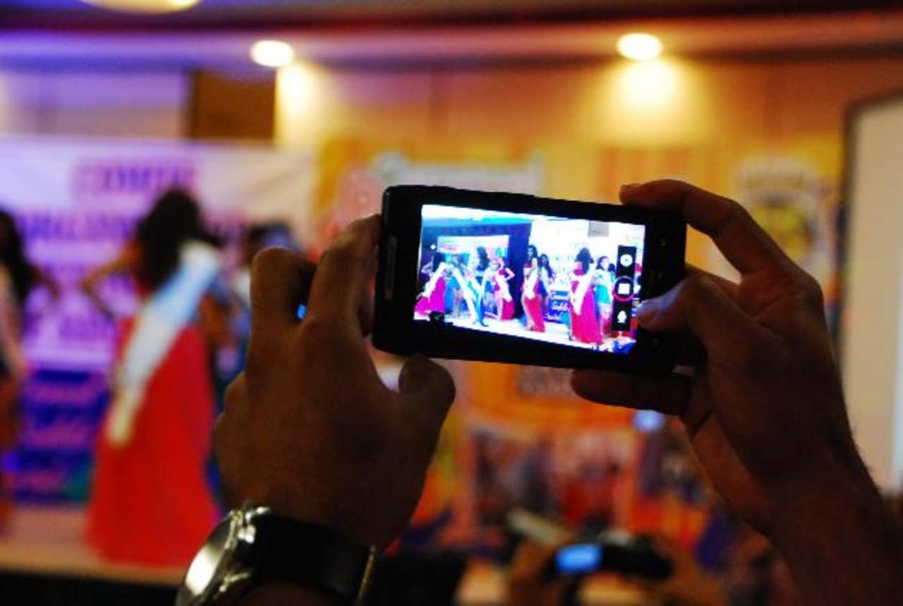 Los dispositivos móviles cambiaron la forma en la que se están comunican las fiestas novembrinas. foto edh / Francisco Torres