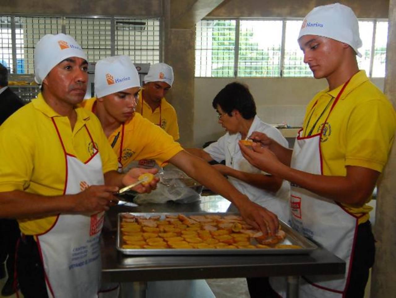 En los hogares se ayuda a personas a reeducarse y reciben talleres vocacionales de panadería y más. Foto EDH / archivo