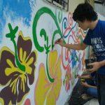 Jóvenes pintan murales en espacios públicos de Ciudad Arce. Foto vía móvil Georgina Vividor