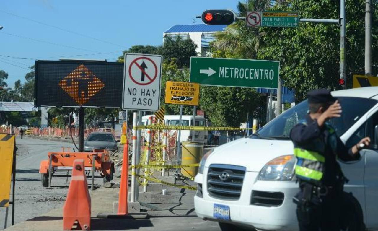 Desde la 19a. Avenida Norte hasta el Hospital Médico Quirúrgico se encuentra un cierre parcial que obliga a los automovilistas a utilizar otras calles. Foto EDH / Mauricio Cáceres