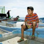 """Héctor Elías Rivera es un niño de 11 años que se dedica a lavar lanchas en el muelle del Puerto de La Libertad. Lo llaman """"La Hormiguita"""" por ser trabajador. foto edh / cortesía"""