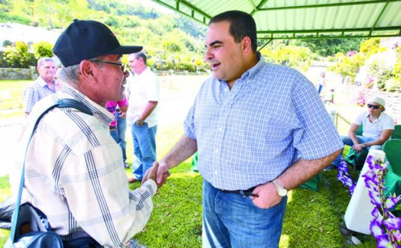 El candidato de Unidad aprovechó a saludar a visitantes del cementerio donde enfloró a sus familiares. foto edh / cortesía