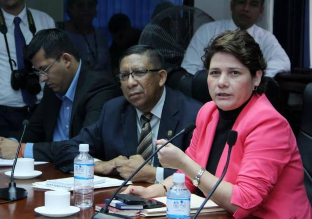 Los diputados Jackeline Rivera (derecha) y Yohalmo Cabrera del FMLN, de la Comisión de Legislación. foto edh / asamblea