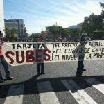 Los manifestantes se han concentrado frente a la Catedral Metropolitana. FOTO EDH Jorge Reyes, vía Twitter.