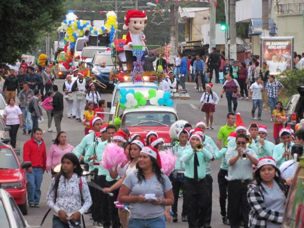 El desfile navideño empresarial, recorrió las principales calles de la Ciudad Morena. Foto EDH / Mauricio Guevara