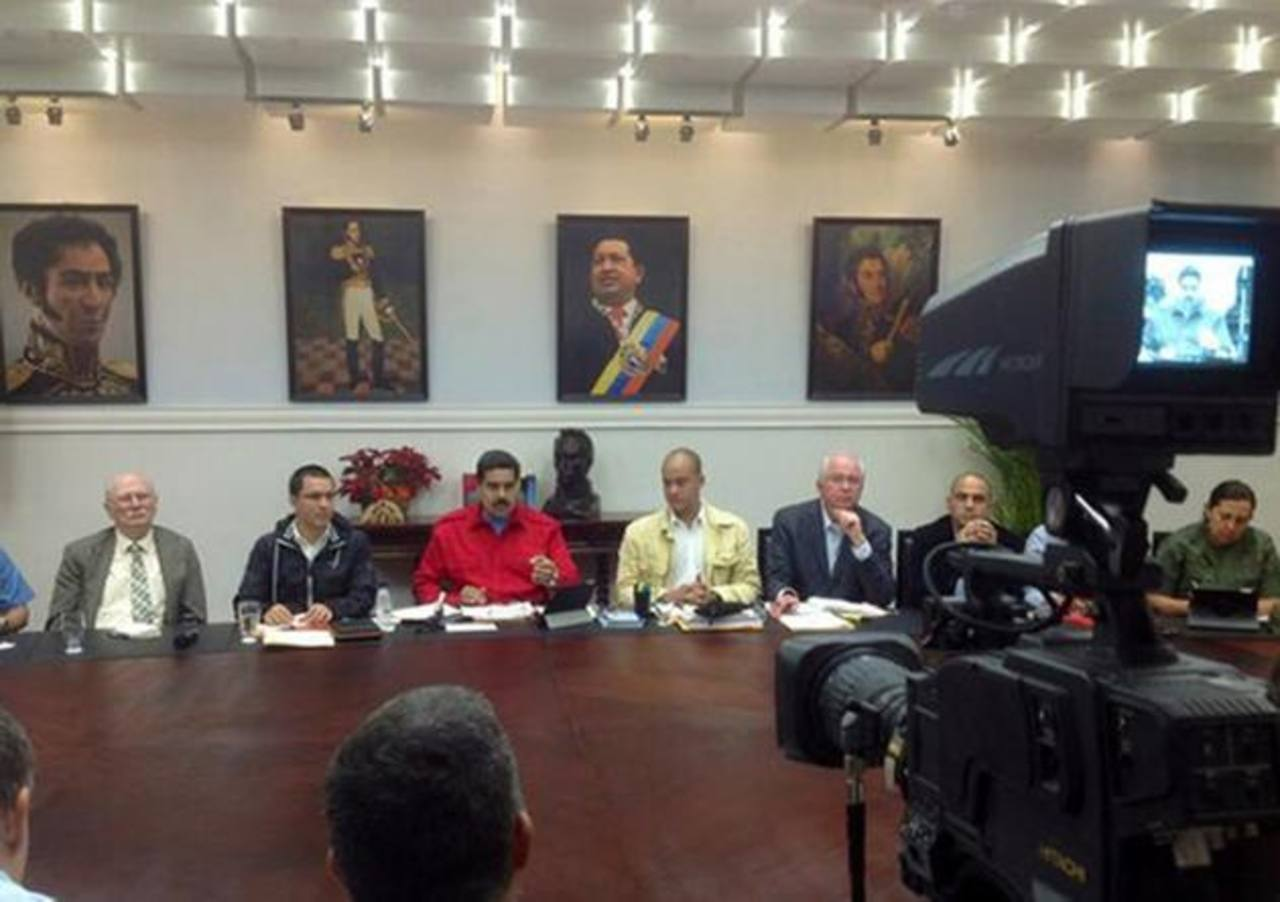 Nicolás Maduro (rojo) dijo que revisarán empresas de alimentos, textiles, calzado, ferreterías, electrodomésticos, juguetes y vehículos.