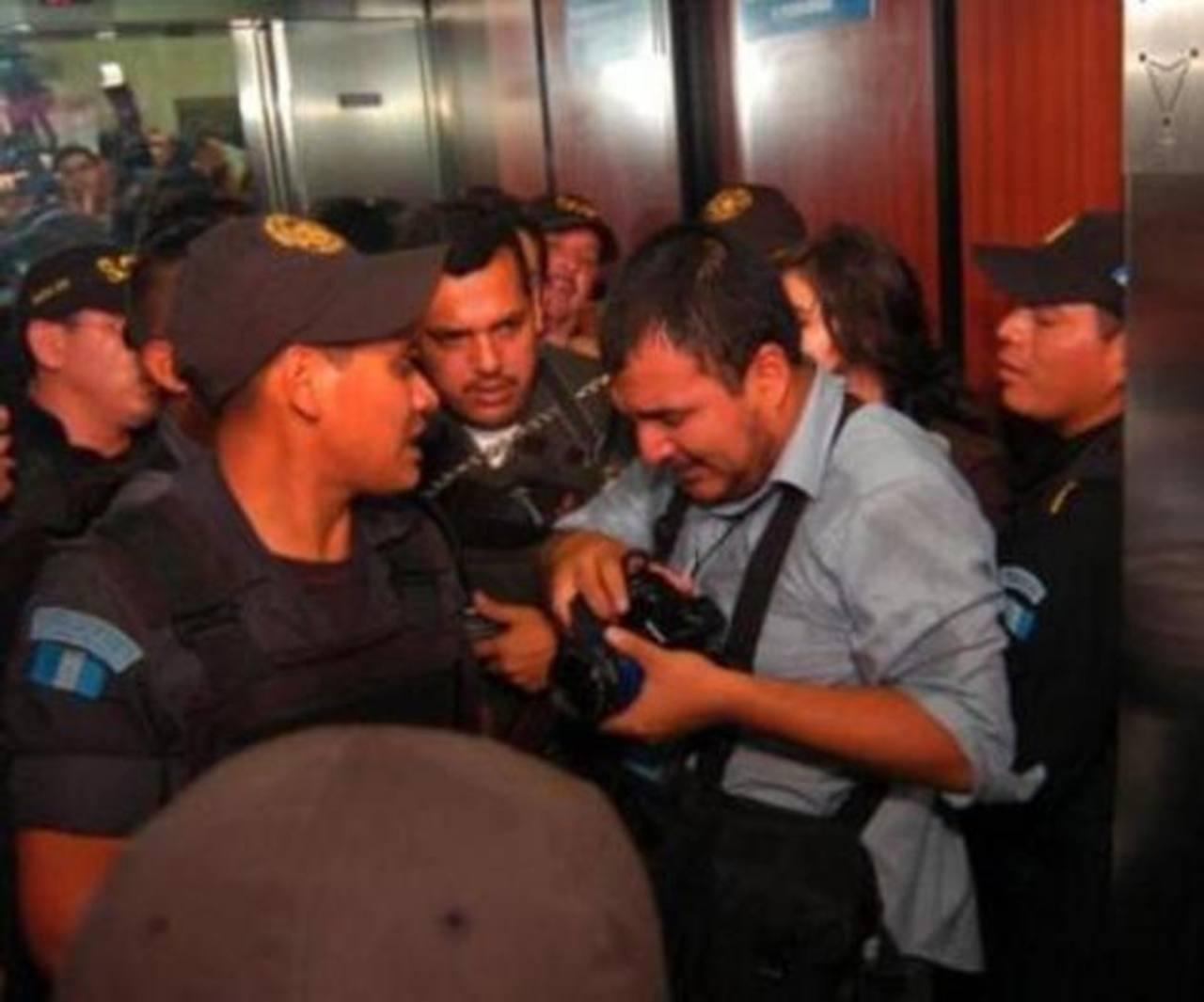 El la imagen, uno de los periodistas afectados.