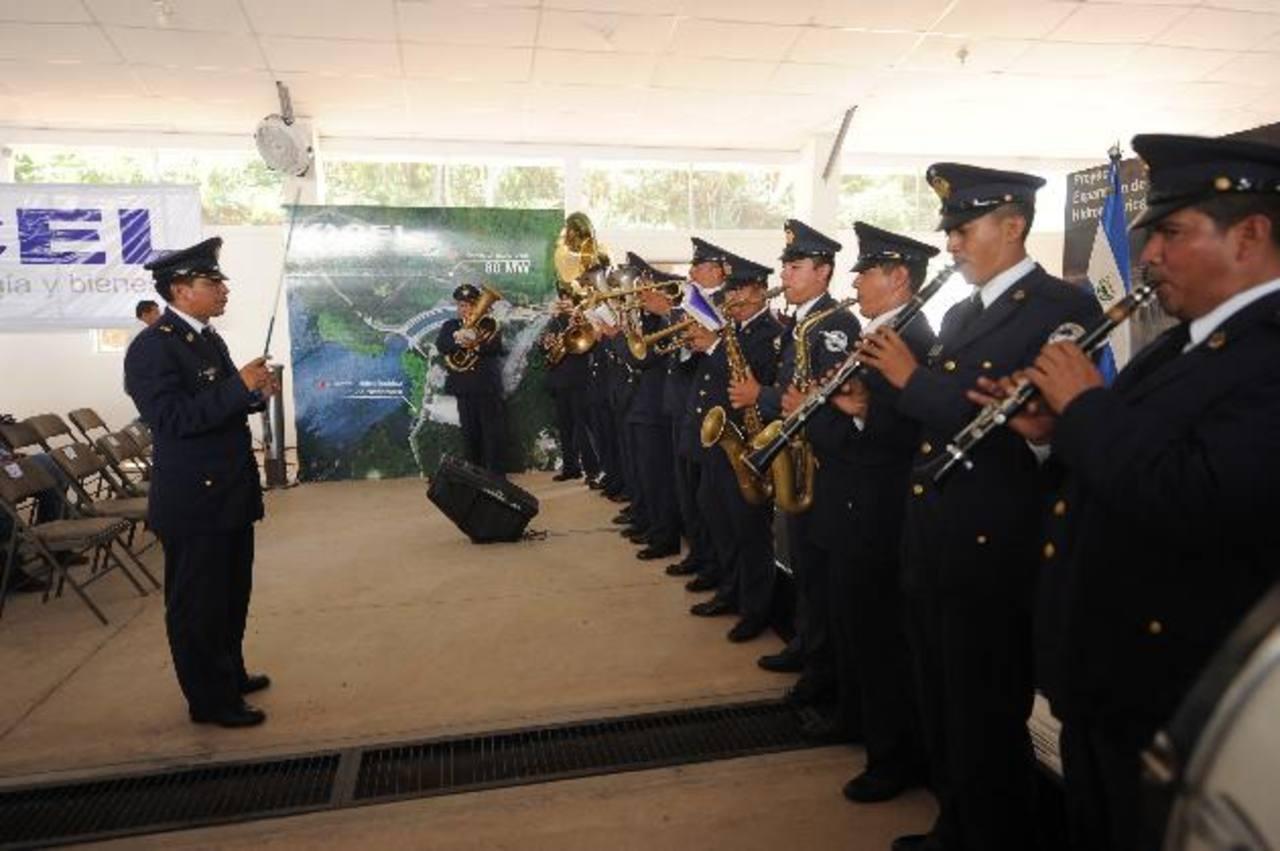 La banda militar del Destacamento Militar No. 1 tocó música ayer ante la inasistencia de Funes. Foto EDH / Marlon Hernández
