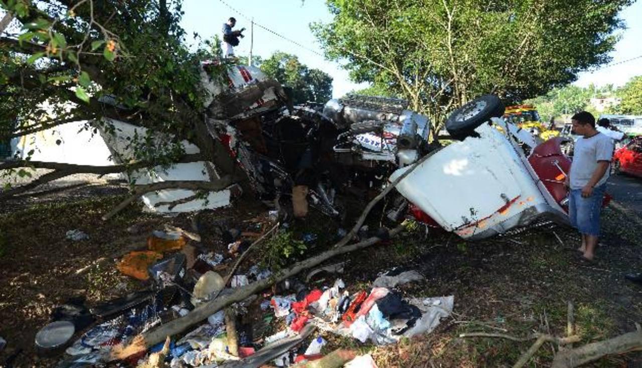Lugar de la tragedia en San Pedro Perulapán. Una rastra volcó y su conductor de nacionalidad guatemalteca murió. Foto EDH / Jaime Anaya