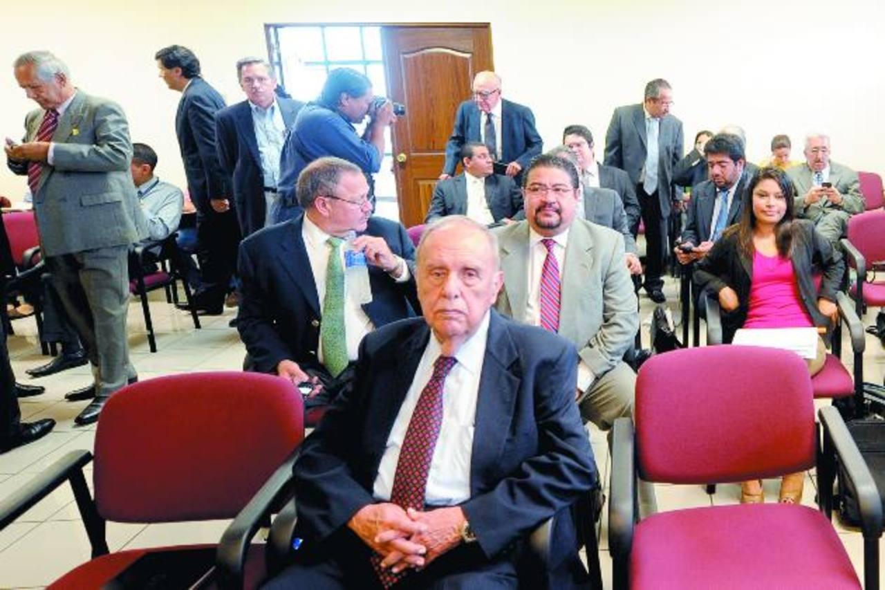Señalados en el caso Cel-Enl se mostraron ofendidos por la acusación de la Fiscalía durante la audiencia. En primer plano, Guillermo Sol Bang, expresidente de Cel. FOTO EDH/ Marlon Hernández