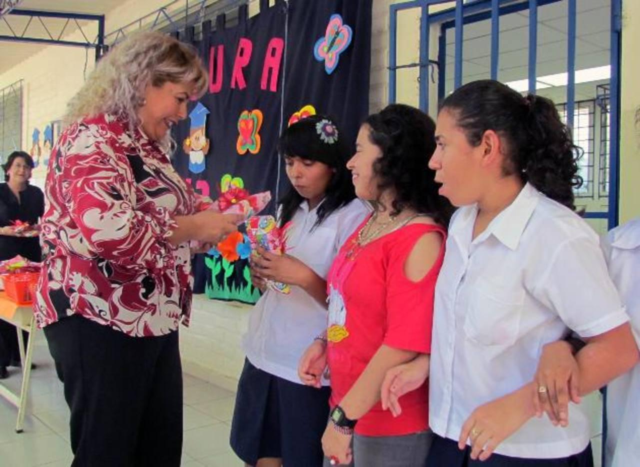 Durante la graduación hubo entrega de reconocimientos a alumnos destacados. Foto EDH / Mauricio Guevara