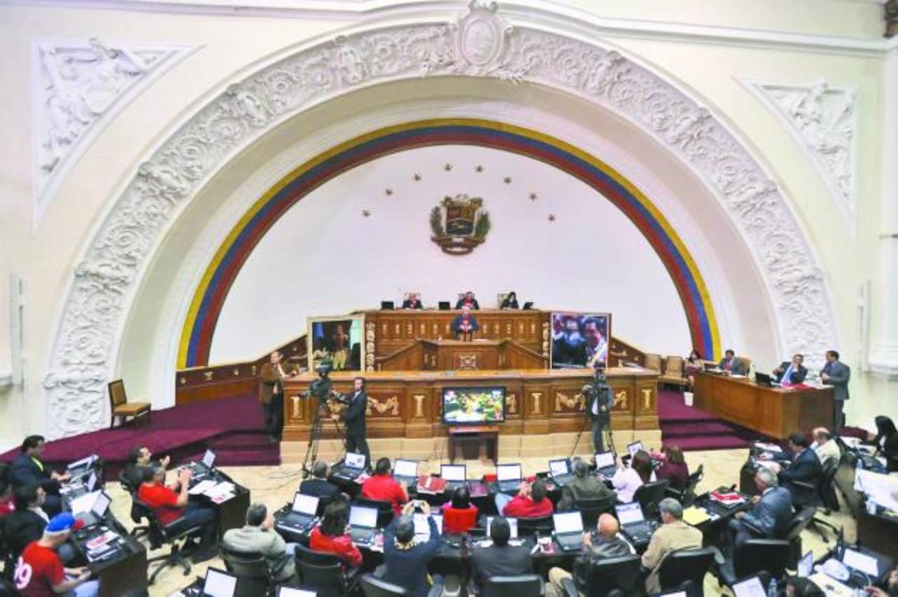 La Asamblea Nacional le dio los votos al mandatario Nicolás Maduro y la oportunidad de legislar durante un año a partir de la próxima semana. foto edh / archivo
