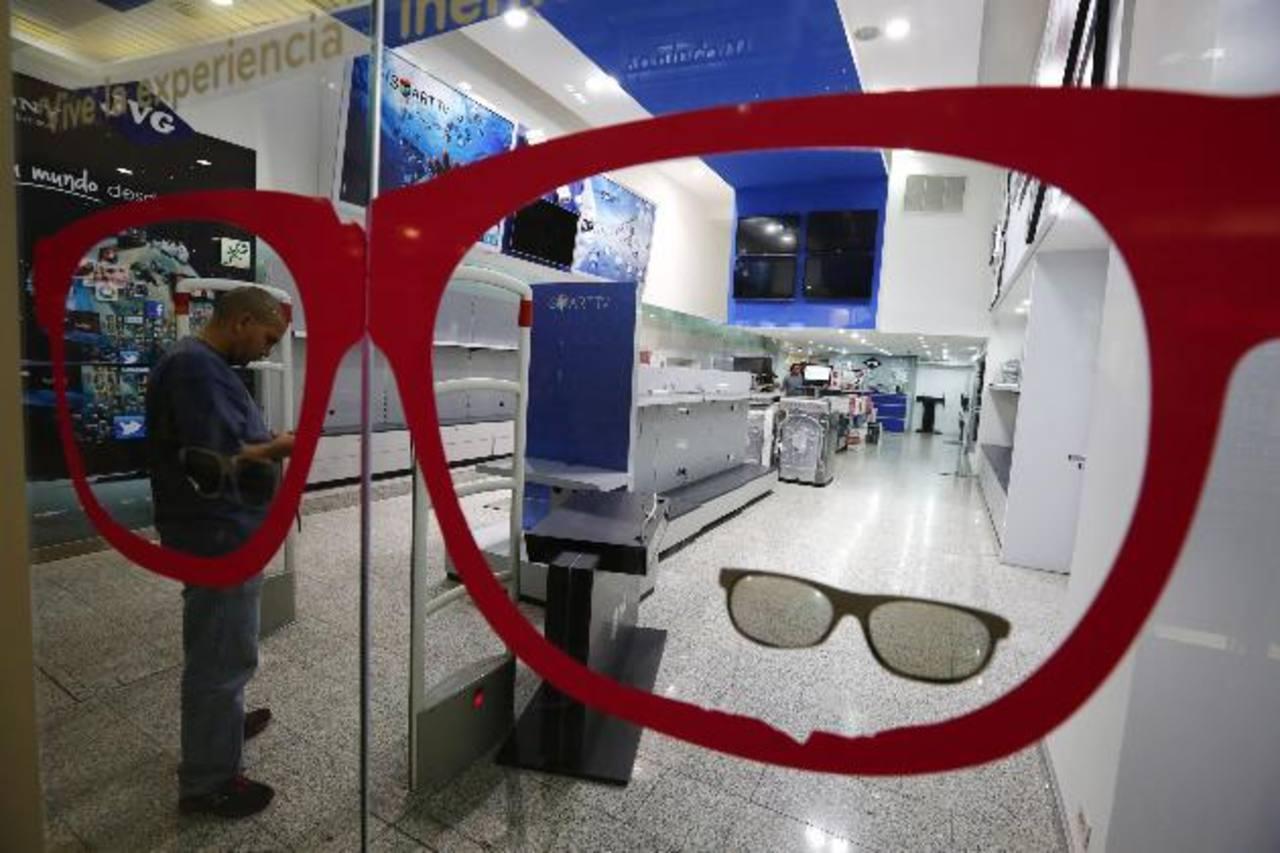Un hombre permanecía ayer a la puerta de una tienda de aparatos electrónicos y electrodomésticos vacío en un centro comercial en Caracas. Fotos edh / Reuters
