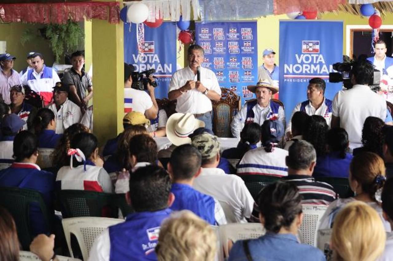 Candidato Norman Quijano (de pie), a su derecha, alcalde Narciso Ramírez. foto edh /jorge reyes
