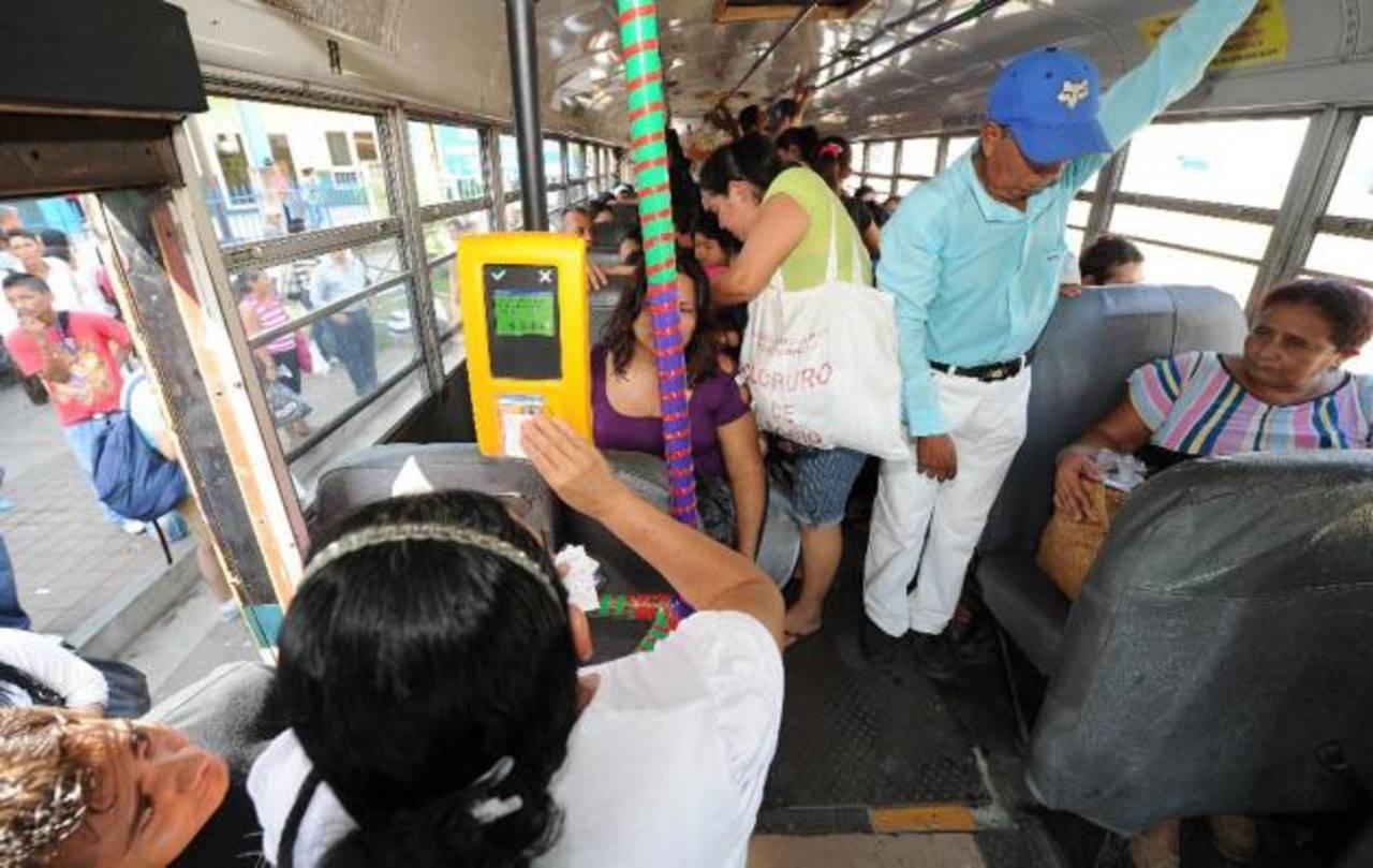 Diputados aprobaron con 45 votos que los usuarios de buses paguen su pasaje tanto con tarjeta prepago como con dinero en efectivo. FOTO EDH/Archivo
