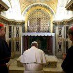 Esta fotografía del 1 de abril del 2013 difundida por el diario vaticano L'Osservatore Romano muestra al papa Francisco frente a la tumba de San Pedro. Foto/ Archivo