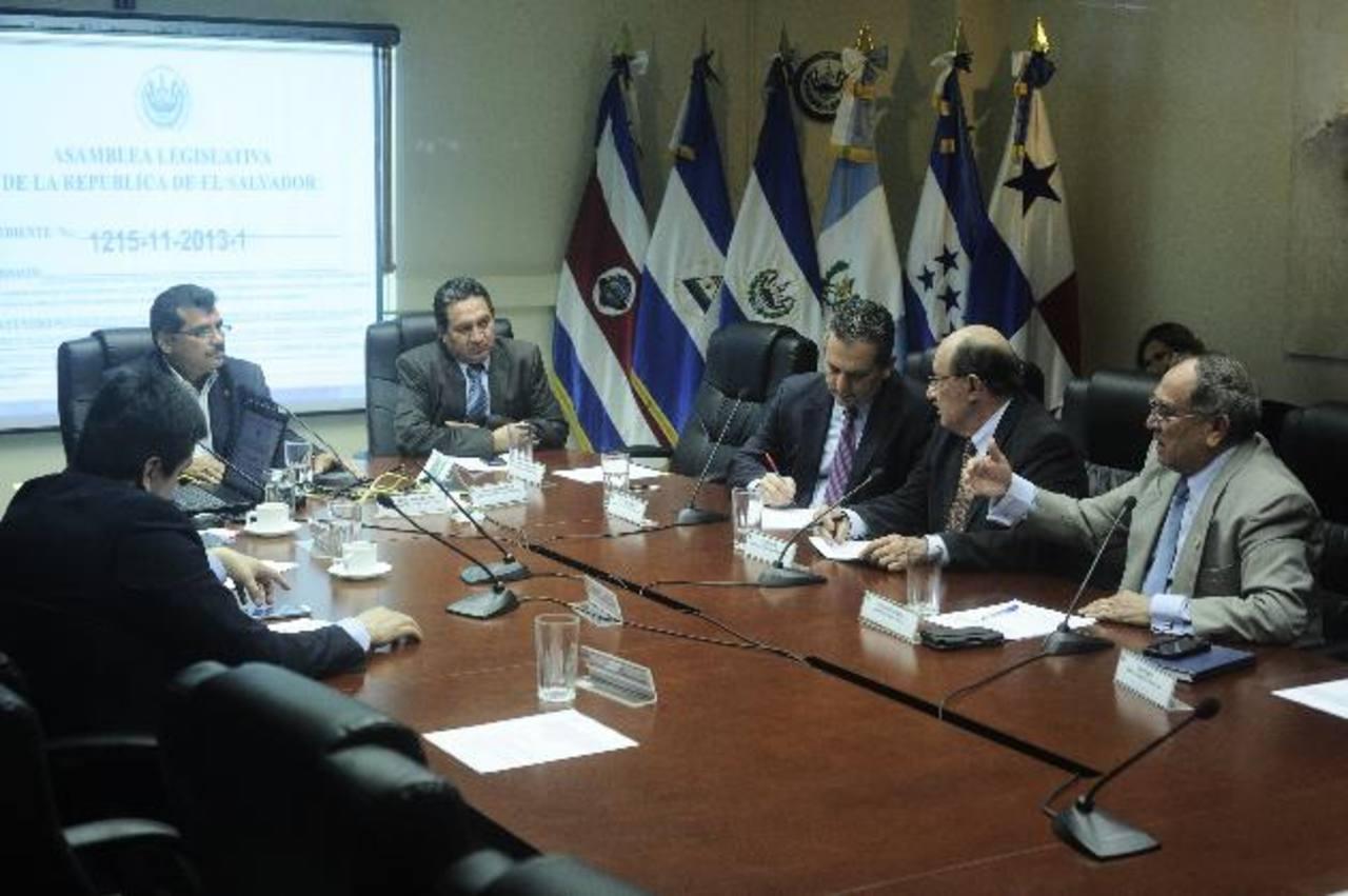 Diputados miembros de la comisión especial que indagó sobre el contrato entre LaGeo y la empresa italiana Enel Green Power. foto edh / jorge reyes