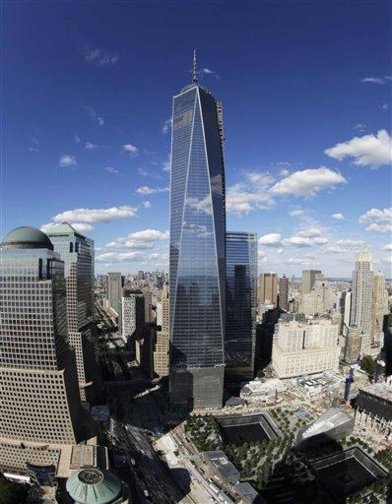 El edificio 1 World Trade Center en una fotografía tomada con un lente de ojo de pescado sobre el pabellón de entrada al Museo Nacional 11 de Septiembre,será el edificio más alto en Estados Unidos cuando sea completado y el tercero más alto en el mun
