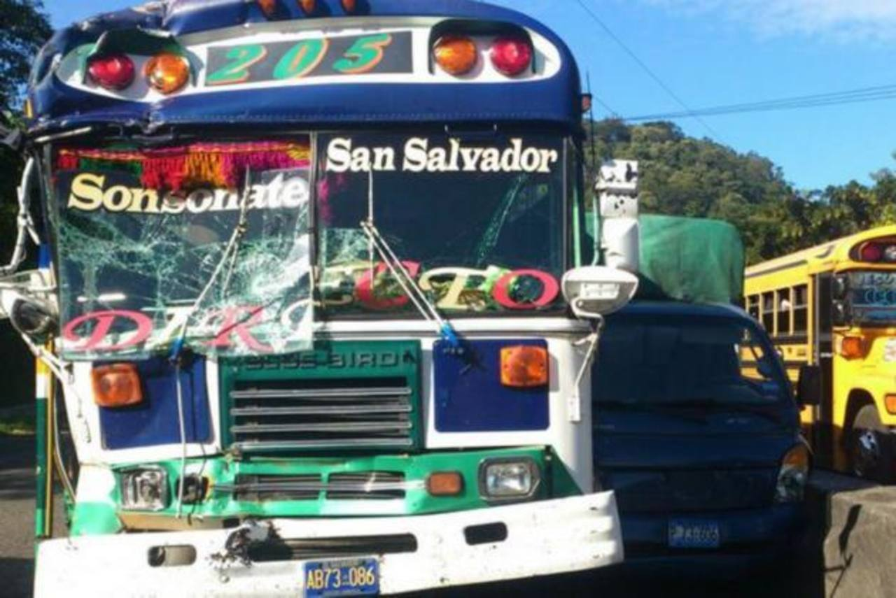 Un múltiple accidente dejó una persona muerta y varias lesionadas. Foto EDH/ Mauricio Pineda