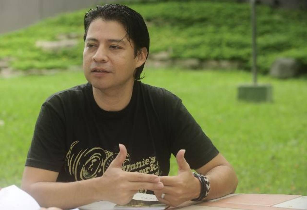 """El escritor se ha destacado en varios festivales internacionales en donde ha presentado su publicación """"La Grieta"""", la cual es ganadora de los Juegos Florales de Santa Ana en 2008."""