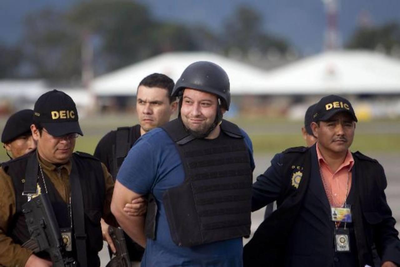 Roberto Barreda, el prófugo más buscado de Guatemala, es conducido por agentes del investigación criminal. foto edh /EFE