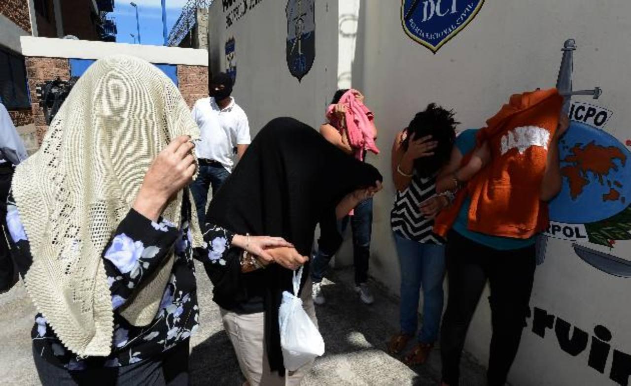 Los acusados se taparon sus rostros en la Policía para no ser identificados. Foto EDH / Jaime Anaya.